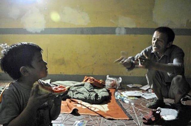 Бомж 8 лет воспитывает дочь, найденную в мусорке