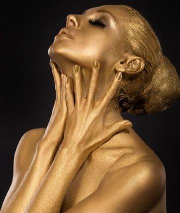 Самодельная золотая маска обменяет ваши 50 лет на 35
