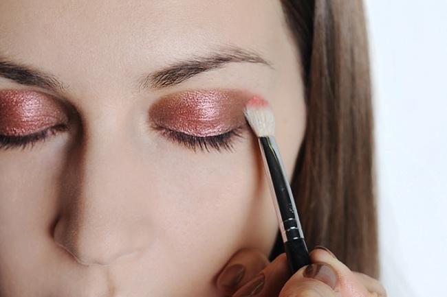 Для более насыщенного цвета теней, нанесите под них светлый карандаш для глаз