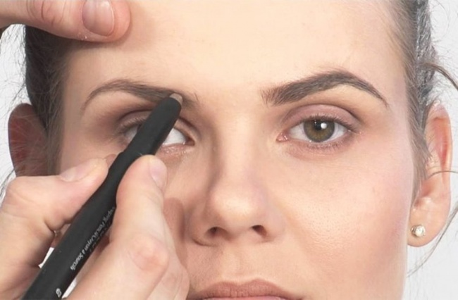 Если увас нет времени наполноценный макияж, лишь накрашенные брови уже могут сильно изменить внешний вид