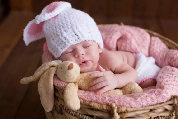 Людей во время сна, в особенности детей