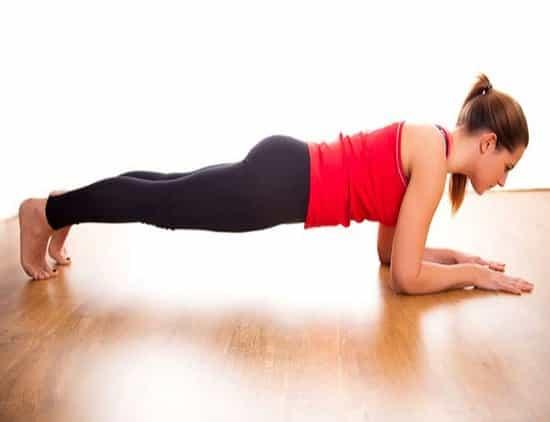 Планка — универсальное упражнение, которое тренирует выносливость и подтягивает живот