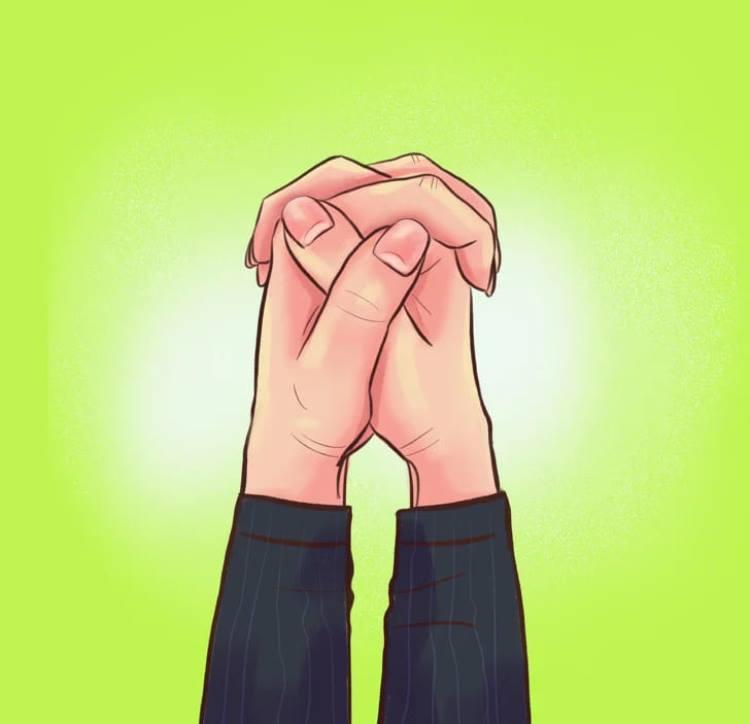 Сверху располагается большой палец левой руки