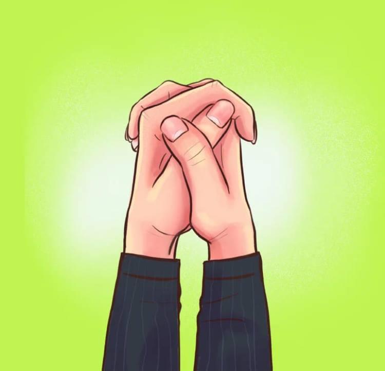 Сверху располагается большой палец правой руки