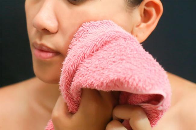 Убираем отечность и тонизируем кожу при помощи солевого раствора