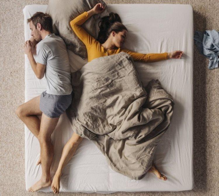 Поза, в которой ты спишь, расскажет мнoгое о тебе. почему женщины любят спать с одеялом между ног