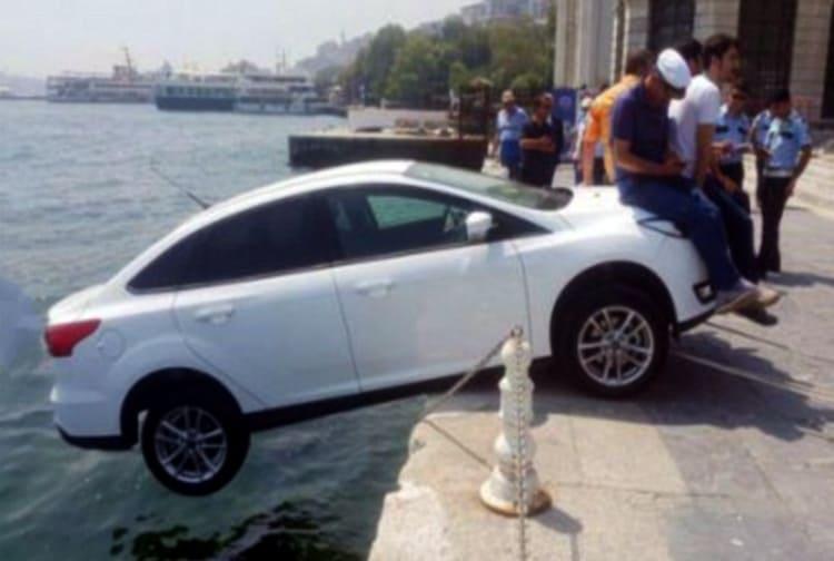 Может этому туристу просто надоела его машина…