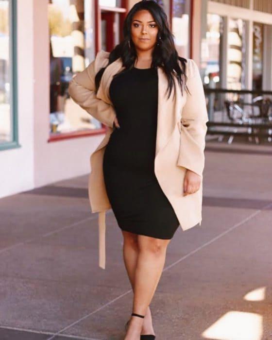 Черное платье-футляр из плотной ткани