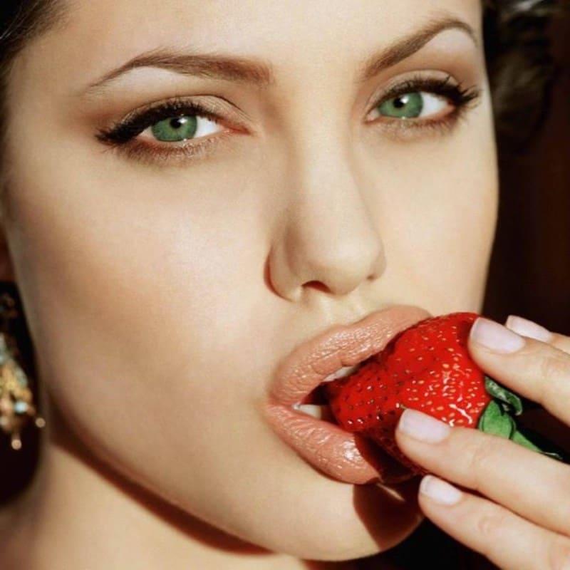 Известно, что то, как мы едим, может многое рассказать о нашем отношении к сексу. Наш темперамент влияет не только на выбор продуктов. О вас может рассказать даже то, какие у вас пищевые привычки и какие столовые приборы вы предпочитаете.