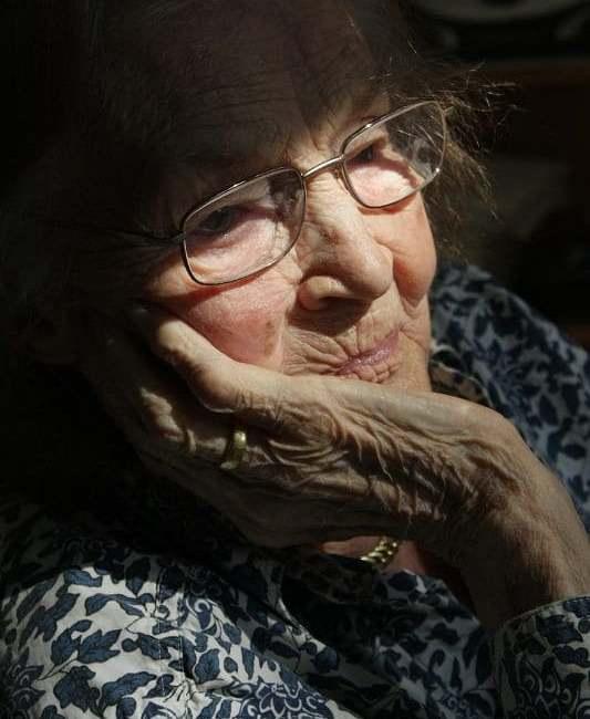 Перевез к себе жить свою старенькую маму. Она теперь счастлива, а мне все так надоело, что домой возвращаться не хочется