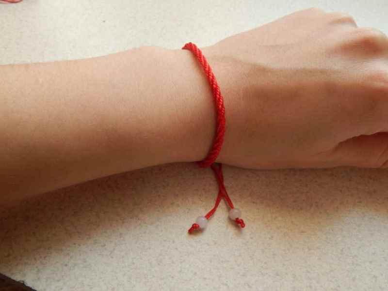 Красная нить на запястье от беды, невезения и черной зависти