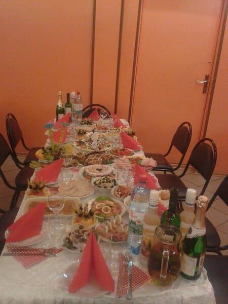 Побывали на свадьбе друзей в провинциальной столовой как будто попали в советскую эпоху.Показываю,чем нас там угощали