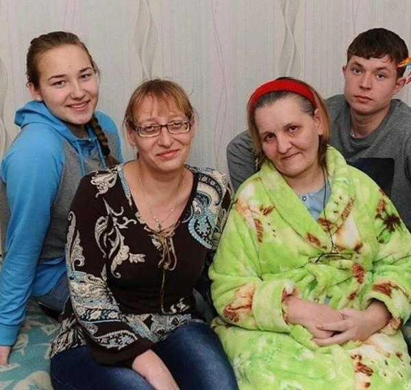 Школьник 8 лет в одиночку ухаживал за парализованной матерью. Как сложилась судьба этой семьи спустя 16 лет
