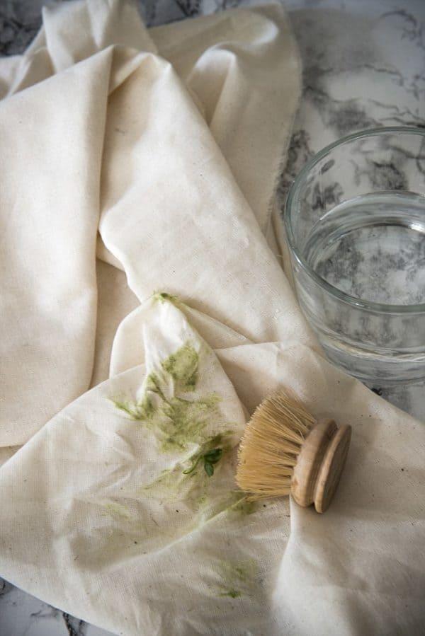 Как отстирать пятна от травы с разных видов одежды