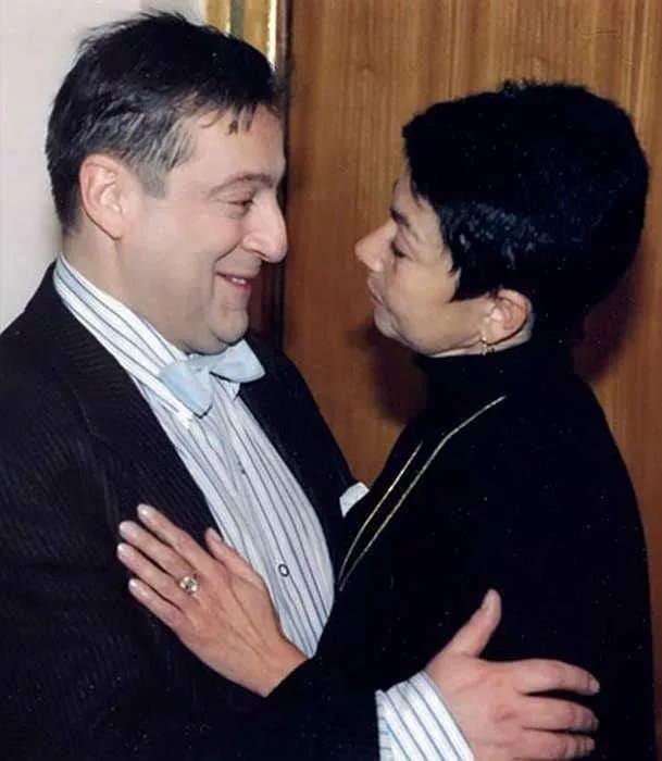 У жены Хазанова спросили: не боится ли она, что муж уйдет к молодой. Она в ответ рассказала анекдот