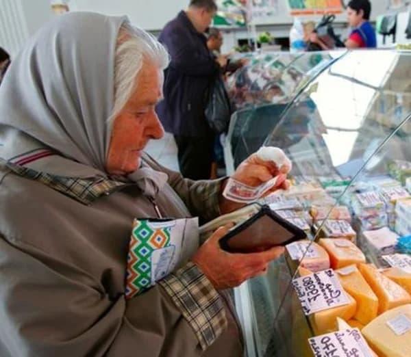 Подошла женщина на улице с просьбой дать чутка денег на хлеб. Я решила дать и проследить за ней
