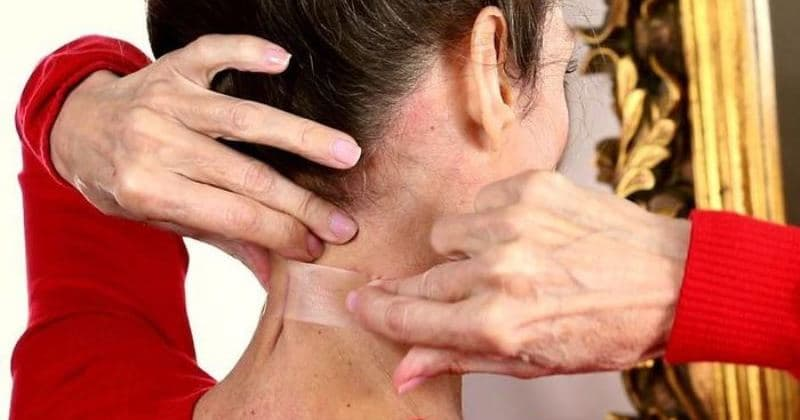 Зачем женщины стали клеить скотч на шею?